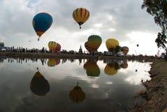 Heißluftballonshow auf altem Tempel in internationalem Ballon-Festival 2009 Thailands Lizenzfreie Stockfotos
