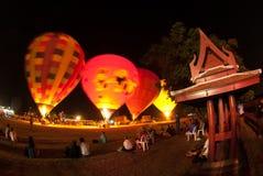 Heißluftballonshow auf altem Tempel in internationalem Ballon-Festival 2009 Thailands Lizenzfreie Stockfotografie