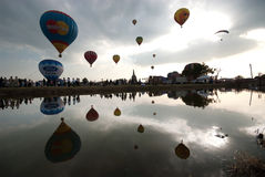 Heißluftballonshow auf altem Tempel in internationalem Ballon-Festival 2009 Thailands Stockfoto