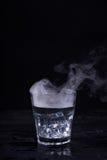 Heißwasser in einem Glas Stockfoto