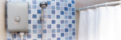 Heißwasser für das Duschen von einem elektrisch betriebenen Warmwasserbereiter lizenzfreie stockfotos