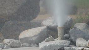 Heißwasser ist Stoß durch das Rohr stock video