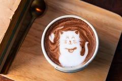 Heiße Kakaoschale, die Katzenform mit alten Büchern übersteigt lizenzfreie stockbilder