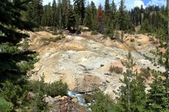 Heiße Quelle und bunte Felsen in vulkanischem Nationalpark Lassens lizenzfreies stockfoto