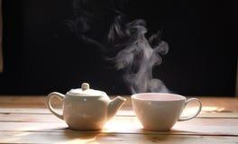 Heiße Teeschale auf hölzernem Hintergrund Heißes Getränk stockbild