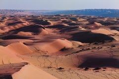 Heiße Wüstenlandschaft Blauer Horizont in der Wüste lizenzfreie stockfotografie