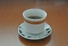 Hei?er Kaffee auf h?lzerner Tabelle lizenzfreie stockfotografie
