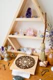 Heide-/Hexen-Altar mit Kristallen, Kristallstand, Pentaclealtar lizenzfreies stockbild