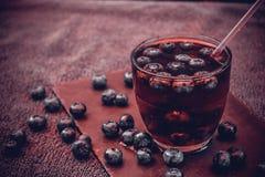 Heidelbeergetränk mit den Beeren und den Eiswürfeln Stockfoto
