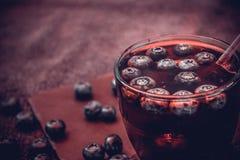 Heidelbeergetränk mit den Beeren und den Eiswürfeln Lizenzfreie Stockbilder