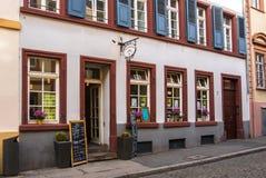HEIDELBERG, DEUTSCHLAND - 4. JUNI 2017: Eine Straße von Heidelberg und ein Café mit Dekoration Stockfoto