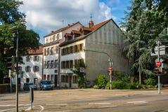 HEIDELBERG, DUITSLAND - JUNI 4, 2017: Een straat van Heidelberg, oude huizen met blinden op de vensters Royalty-vrije Stock Foto's