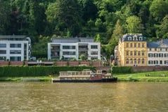 HEIDELBERG NIEMCY, CZERWIEC, - 4, 2017: Ambankment Neckar rzeka z kolorowymi domami i statkiem Obrazy Royalty Free
