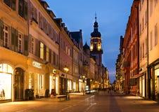 HEIDELBERG TYSKLAND - JANUARI 30: Nattplatsen av shoppinggatan Arkivfoto