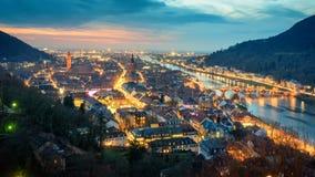 Heidelberg Tyskland, timelapselängd i fot räknat i härliga skymningfärger arkivfilmer