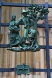 Heidense symbolen van de dierenriem op het Golden Gate St Vitus Cathedral in Praag stock foto