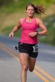 Heidi Williams läuft für das Ende des weißen Eichhörnchenstraßenrennens in NC Lizenzfreie Stockbilder