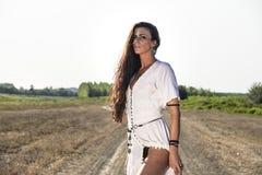 Heidnische Frau auf der schmutzigen Straße lizenzfreies stockfoto