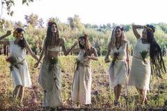 Heidnische Frauen, die im Wald aufwerfen lizenzfreie stockfotos