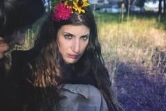 Heidnisches Mädchen im Wald stockfotografie