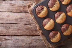 Heiße bunte kleine Kuchen in einer Backform horizontale Draufsicht Stockbild