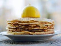 Heiße Pfannkuchen und Zitrone Stockfotografie