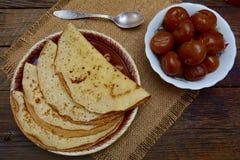 Heiße Pfannkuchen, wohlriechender Tee und Stau Stockbild