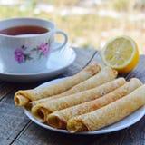 Heiße Pfannkuchen, wohlriechender Tee und Stau Stockbilder