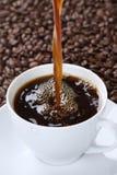 Heißer frischer Kaffee, der in der Schale ausläuft Lizenzfreies Stockbild