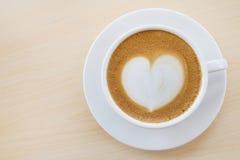 Heißer Kaffee mit Herzmuster in der weißen Schale Stockbilder