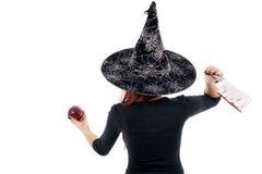 Heikle Hexe, die einen vergifteten Apfel, Halloween-Thema anbietet Lizenzfreies Stockbild