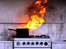 Heißöl-Feuer in der Küche Stockfoto