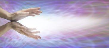 Heilende Hände auf Matrixwebsitefahne Stockfoto