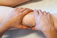 Heilende Hände des Osteopathen Stockfotos