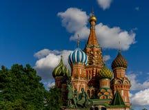 Heilig-Basilikum ` s Kathedrale in Moskau mit blauem Himmel und Wolken lizenzfreie stockfotografie