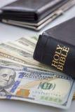 Heilig Bijbel en geld Stock Afbeeldingen