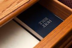 Heilig Bijbelboek in lade stock afbeelding
