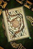 Heilig Boek Quran met Rozentuin stock afbeeldingen