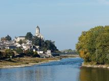 Heilig-Florent le Vieil-Dorf, Evre-Fluss, Frankreich lizenzfreies stockbild