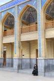 Heilig Heiligdom van Sjah Cheragh die, moslimvrouw op telefoon spreken stock afbeelding
