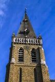 Heilig-Hubert-Kirche, Aubel, Glockenturm und blauer Hintergrund Stockbild