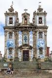 Heilig-Ildefonso-Kirche deckte Fassade in Porto, Portugal mit Ziegeln Stockfotografie