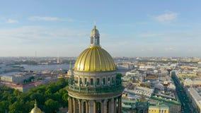 Heilig-Isaacs Kathedralenvogelperspektive, die den historischen Stadtteil übersieht stock video