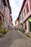 Heilig-Jean-Gescheckt-De-Hafen, Frankreich-beschäftigte Fußgängerstraße mit Pilgern lizenzfreie stockbilder