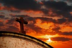Heilig kruis onder een kleurrijke hemel stock foto's