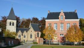 Heilig-Lambertus-Kirche und Pfarrhaus des Dorfs Gestel, Teil von Berlaar, Belgien lizenzfreies stockbild