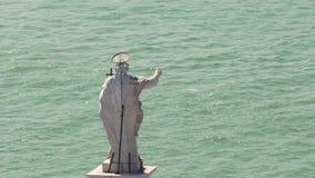 Heilig mensenstandbeeld die zich over rivier op zonnige dag bevinden, die zeelieden met gebaar zegenen stock footage