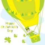 Heilig-Patrick Day-` s Karte mit netter Ameise in den Heißluftballon- und -shamrockblättern Stockbild