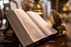 Heilig Schrift met gouden het bidden handen Stock Afbeelding