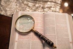 Heilig Schrift met gouden het bidden handen stock foto